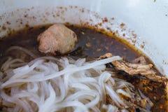 Nudlar i bräserad grisköttsoppa Fotografering för Bildbyråer