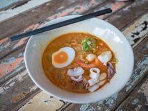 Nudlar i thailändsk kryddig tom yum soppa med havsmat arkivbild