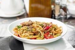 Nudlar med fårköttet och grönsaker Central asiatisk kokkonst Lagman arkivbilder