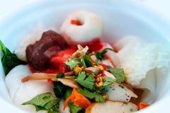 Nudlar med fiskbollen i röd sås Royaltyfri Fotografi