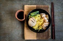 Nudlar med frasiga griskött och den jätte- köttbollen Royaltyfri Bild