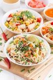 Nudlar med grönsaker och gräsplaner, stekte ris med tofuen fotografering för bildbyråer