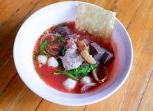 Nudlar med havs- soppa och röd sås Royaltyfri Foto