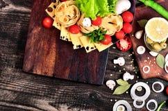 Nudlar med ost och grönsaker Arkivfoton