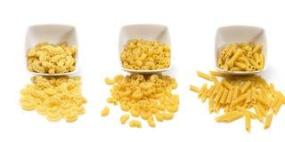 Nudlar och pasta som ska väljas från för att laga mat din favoritdisk, isolerat på en vit bakgrund Arkivfoton
