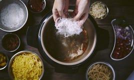 Nudlar och pastakapiteltitelrad med vermiceller för vita ris royaltyfria foton