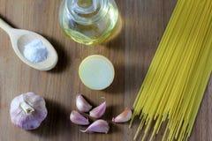 Nudlar på trätabellen bredvid ingredienser arkivfoto