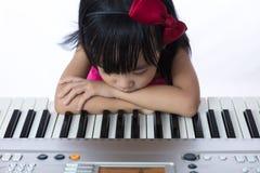Nudna Azjatycka Chińska mała dziewczynka bawić się elektryczną fortepianową klawiaturę Obraz Stock