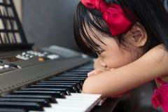 Nudna Azjatycka Chińska mała dziewczynka bawić się elektryczną fortepianową klawiaturę Obraz Royalty Free