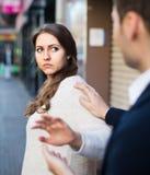 Nudna męska osoba zagabuje kobieta przy zatłoczoną ulicą Obrazy Stock