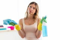 Nudna młoda kobieta trzyma kiść i duster w domu fotografia stock