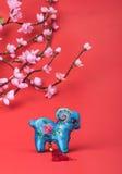 Nudo chino de la cabra en fondo rojo Fotos de archivo