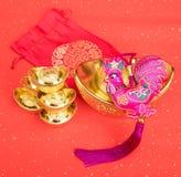 Nudo chino de la tradición: Gallo de la muñeca del paño Fotos de archivo