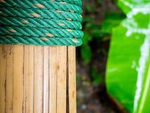 Nudo de la cuerda con el bambú fotografía de archivo