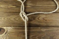 Nudo del nudo de Hitck en la madera imágenes de archivo libres de regalías