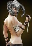 Nudo di posa femminile dei semi del guerriero del rossetto di fantasia con il casco ed il pugnale Fotografia Stock Libera da Diritti