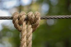 Nudo en un cable de acero fotografía de archivo