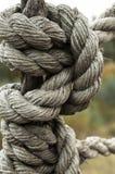Nudo fuerte de la cuerda gastada por el tiempo de la nave Imagen de archivo libre de regalías