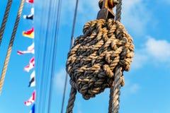 Nudo marino, cuerdas, banderas de señal Foto de archivo libre de regalías