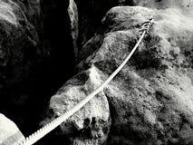 Nudo sólido en la cuerda de acero Planche la cuerda torcida fijada en bloque por los ganchos rápidos de los tornillos Detalle del Imagen de archivo libre de regalías