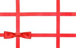 Nudo y cintas rojos del lazo de satén en el blanco - sistema 31 Foto de archivo