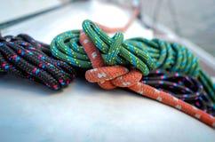 Nudos y cuerdas marinos Fotos de archivo