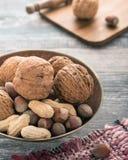 Nueces, cacahuetes, avellanas en una placa del vintage fotos de archivo