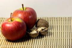 Nueces con las manzanas rojas Imagen de archivo