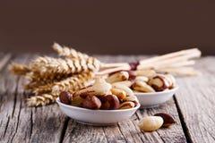 Nueces de Brasil con maíz en un fondo de madera Fotografía de archivo libre de regalías
