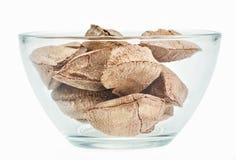 Nueces de Brasil en un tazón de fuente de cristal Foto de archivo libre de regalías