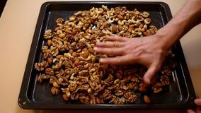 Nueces de la mezcla Las manos ponen nueces Tuercas clasificadas almacen de metraje de vídeo