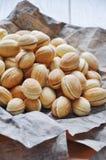 Nueces de los pasteles cortos con una leche condensada hervida Imagen de archivo libre de regalías