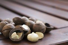 Nueces de macadamia en una tabla de madera Imagen de archivo
