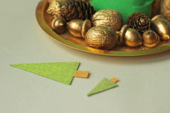 Nueces de oro, bellotas, conos Imagen de archivo