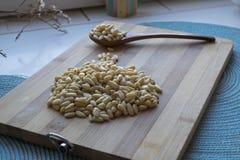 Nueces de pino con una cuchara de madera foto de archivo libre de regalías