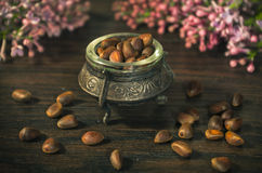 Nueces de pino en cuenco antiguo Fotos de archivo