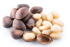 Nueces de pino en el fondo blanco Alimento biológico imagen de archivo