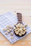 Nueces de pistacho colocadas en una cucharón Imagen de archivo libre de regalías