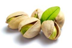 Nueces de pistacho con la hoja Fotografía de archivo