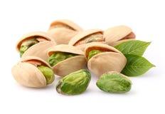 Nueces de pistacho con las hojas fotos de archivo