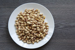 Nueces de pistacho en la placa blanca Fotografía de archivo