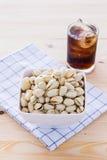 Nueces de pistacho en un cuenco Imagen de archivo