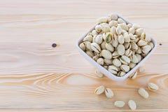 Nueces de pistacho en un cuenco Imagen de archivo libre de regalías