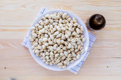 Nueces de pistacho en un cuenco Foto de archivo libre de regalías