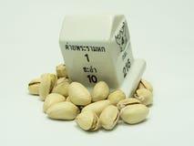Nueces de pistacho en un fondo blanco Foto de archivo
