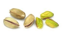Nueces de pistacho (nueces reales de Antep del turco) aisladas en el fondo blanco Fotos de archivo