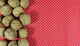 Nueces deliciosas en fondo rojo Foto de archivo libre de regalías