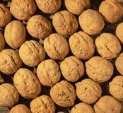Nueces dispersadas en una tabla de madera fotografía de archivo libre de regalías
