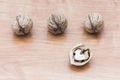 Nueces en fondo de madera Fotos de archivo