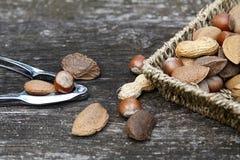 Nueces en la tabla con el cascanueces Foto de archivo libre de regalías